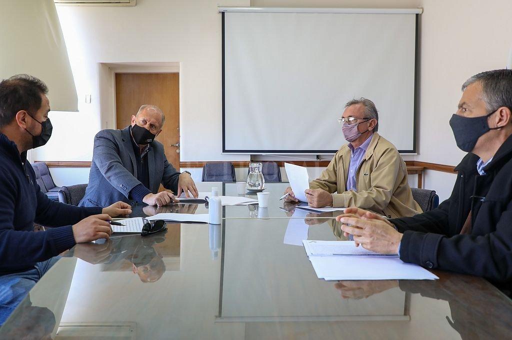 Reunión entre el gobernador, los ministros y el secretario gremial. Crédito: Gentileza