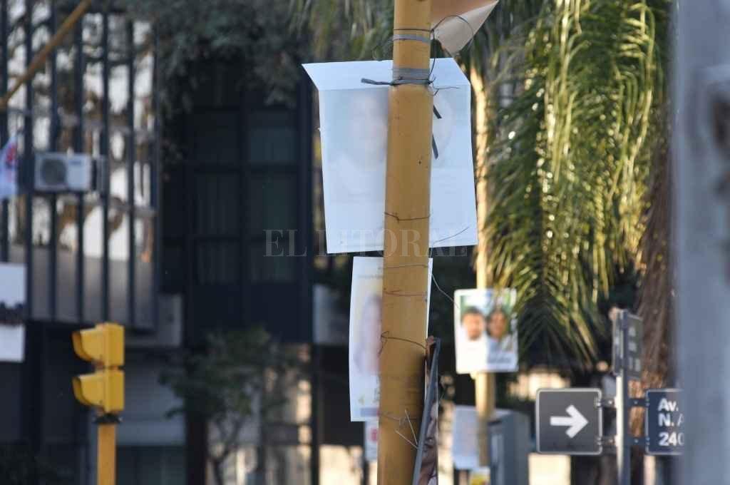 Los pasacalles, los anuncios columneros y toda la cartelería que aún está colgada debe ser retirada por los partidos políticos. El plazo vence el próximo 22.    Crédito: Pablo Aguirre