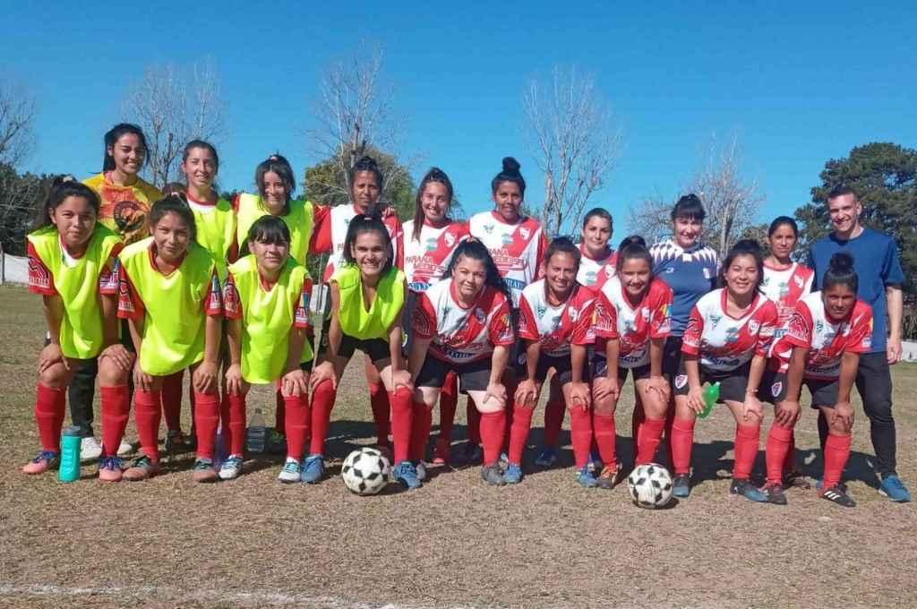 Sub 21 de Anguyá. El femenino de un club en crecimiento. Hoy está segundo, lugar que consiguió en base a un buen trabajo en equipo.    Crédito: Prensa Liga Paivense