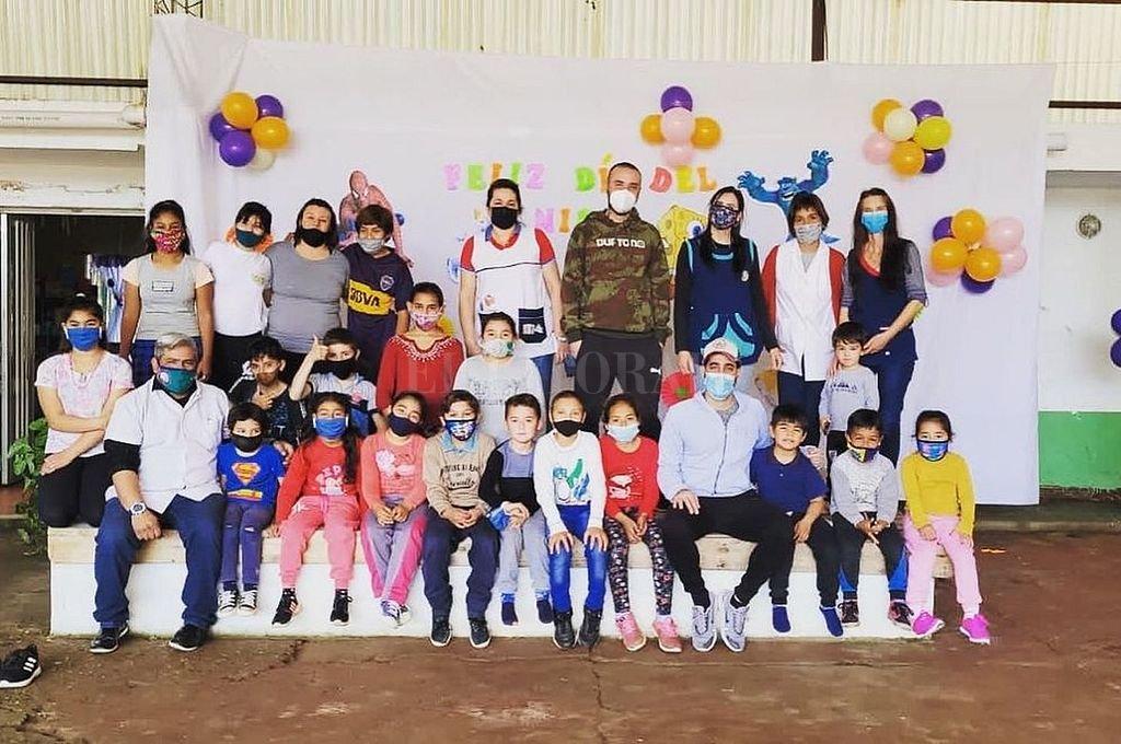 Los jóvenes voluntarios junto al alumnado de la escuela rural de Concordia, el personal directivo y docente. Crédito: Gentileza