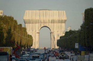 Video: las misteriosas telas que cubrieron el Arco del Triunfo