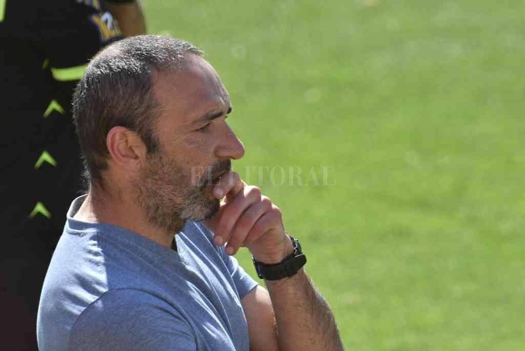 Juan Manuel Azconzábal tendrá que pensar mucho para mejorar la producción de su equipo, que fue mala en los últimos dos partidos. Crédito: Luis Cetraro