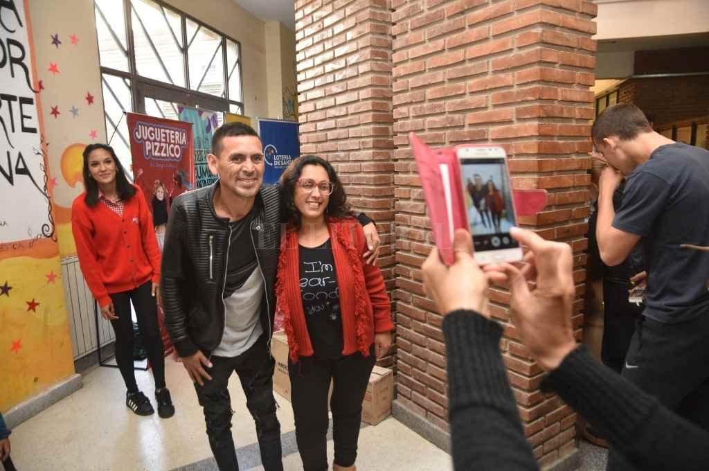 El registro gráfico (sólo ilustrativo) muestra a Piedrabuena tomándose una foto con una seguidora. Fue en un evento solidario de 2018. Las