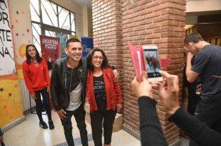 """¿Por qué un cantante de cumbia puede tener más éxito electoral que un político? - El registro gráfico (sólo ilustrativo) muestra a Piedrabuena tomándose una foto con una seguidora. Fue en un evento solidario de 2018. Las """"selfies"""" en los barrios fue una de sus estrategias.   -"""
