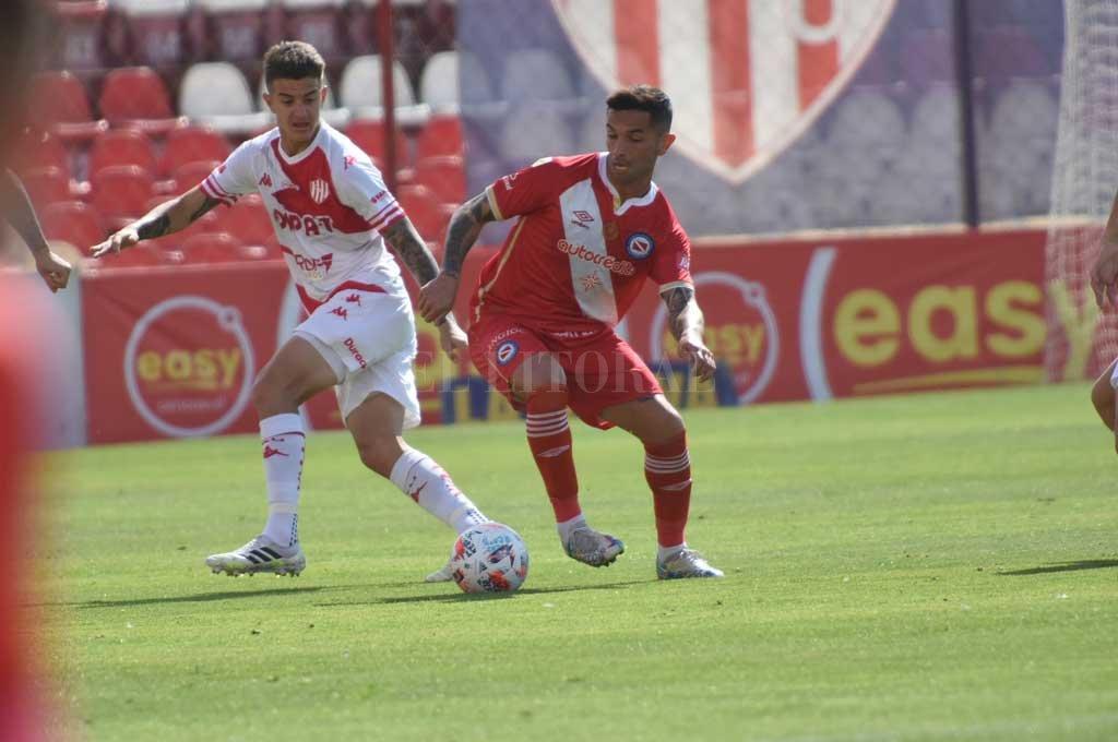 Franco Calderón, en la foto marcando a Carabajal, un ex compañero, podrá volver al equipo al haber cumplido la fecha de suspensión. Crédito: Luis Cetraro