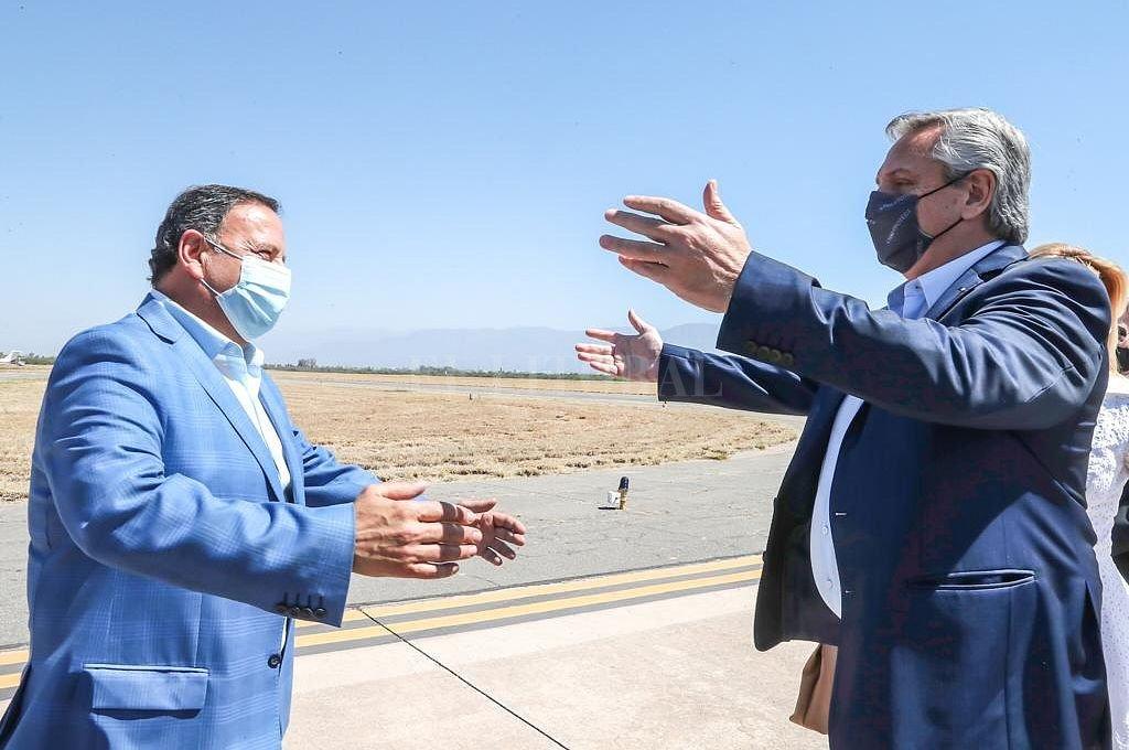 Quitnela y Fernández al arribo del Presidente a La Rioja. Crédito: NA