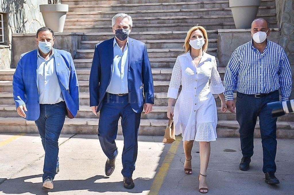 El gobernador de La Rioja, Ricardo Quintela; el presidente Alberto Fernández; la primera dama, Fabiola Yáñez; y el nuevo Jefe de Gabinete, Juan Manzur. Crédito: NA