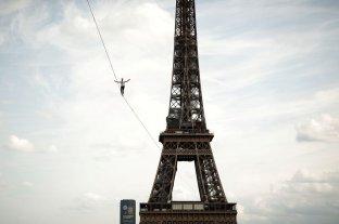 Un equilibrista cruzó el rio Sena en París sobre una cuerda a 70 metros de altura