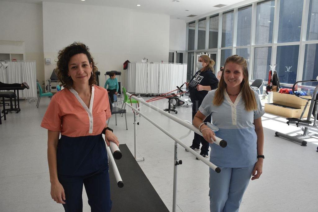 Las kinesiólogas Angélica Ponce y Paula Duranda son parte del equipo de kinesiólogos que trabajan con pacientes derivados por los especialistas para su rehabilitación respiratoria.  Crédito: Guillermo Di Salvatore