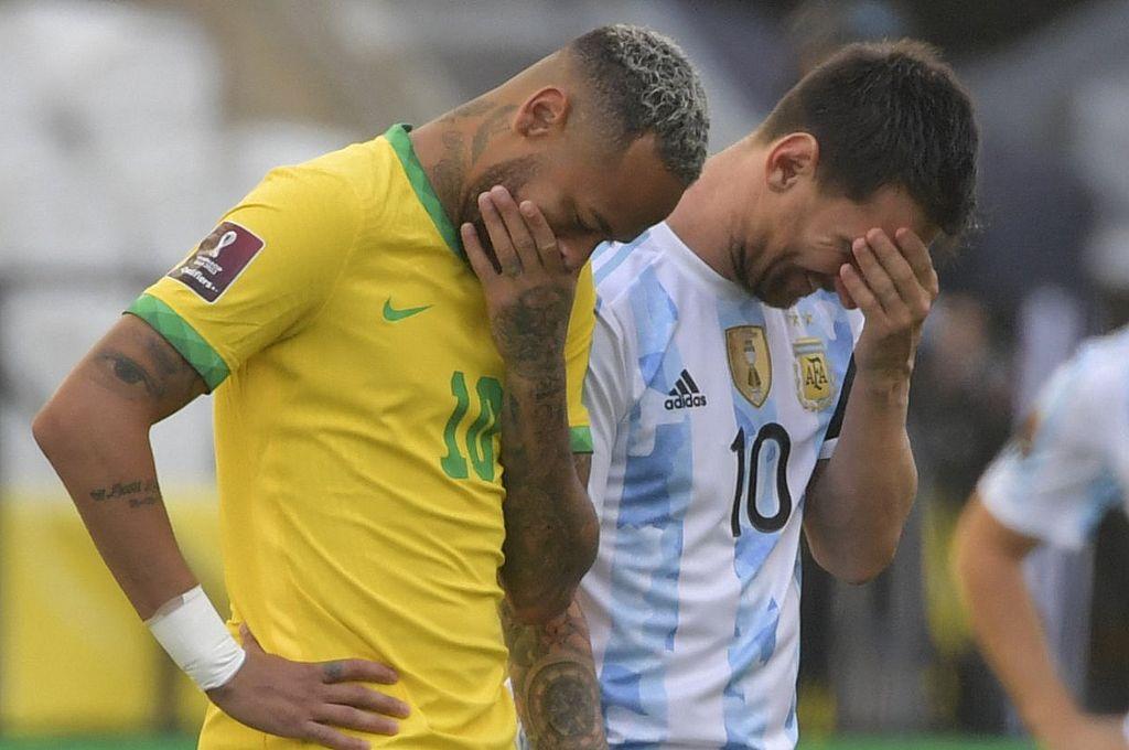 Neymar y Messi tras la suspensión del partido entre Brasil y Argentina por las eliminatorias del Mundial. El ingreso de autoridades de Anvisa al campo de juego en pleno partido, convirtió al evento deportivo en un escándalo de repercusión internacional. Crédito: Archivo