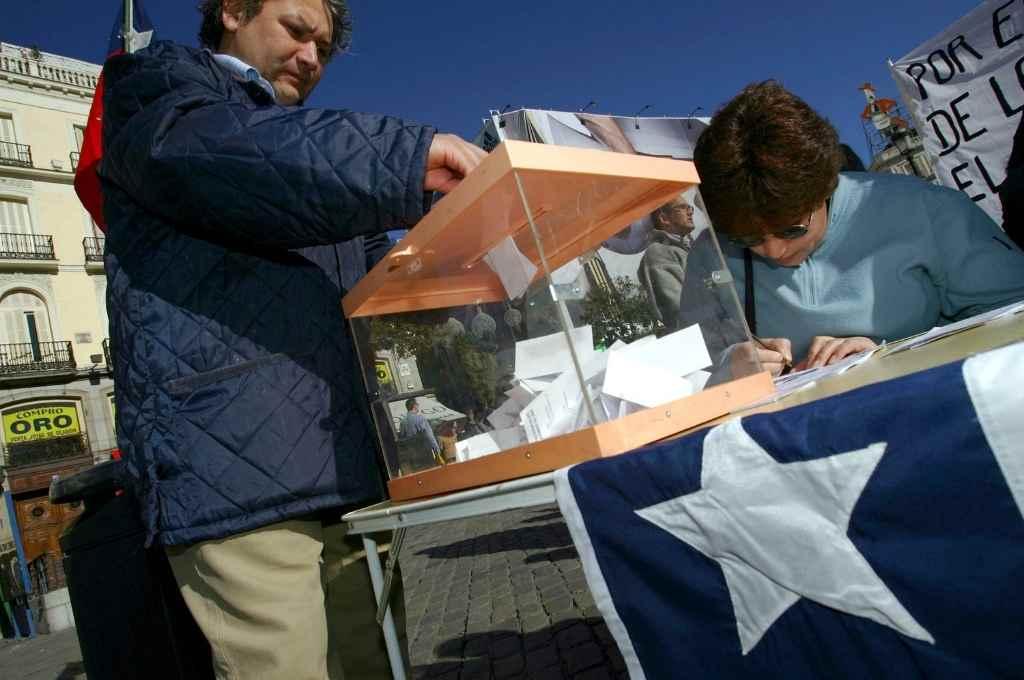 En picada. Estrepitosa caída en la participación electoral en Chile, menor al 50% para las presidenciales y 40% para municipales.   Crédito: Gentileza