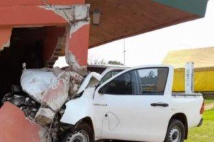 Corrientes: una camioneta se incrustó en un edificio estatal