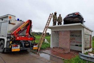 Retiran el auto que quedó arriba de una garita de colectivos en Entre Ríos -
