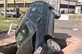 Un automóvil quedó incrustado en un pozo de una obra en Rosario