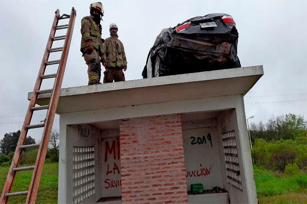 Bomberos Voluntarios y una grúa removieron el auto de arriba de la garita