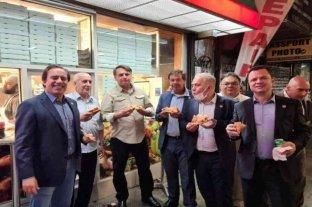 Protestas en Manhattan contra Bolsonaro, que tuvo que comer pizza en la vereda
