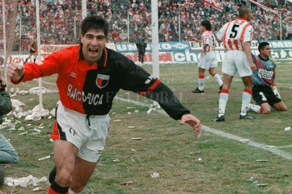 Gambier en el festejo de uno de los dos goles en la final del ascenso de 1995. Crédito: Archivo El Litoral
