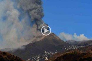 Se registra una nueva erupción también en el volcán Etna - Nueva erupción del Etna, con emisión de cenizas y lava. -