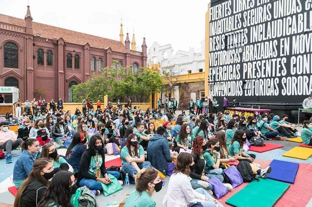 Los adolescentes participaron de charlas inspiracionales, activaciones de danza al aire libre, shows en vivo de bandas, picnics, meriendas, y juegos como ping pong y metegol. Crédito: Gentileza Facebook