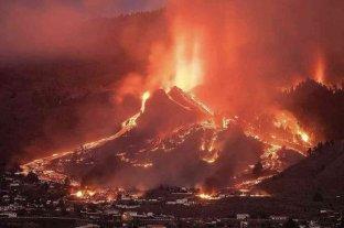 Los bomberos trabajan para desviar la lava por la erupción del volcán de La Palma