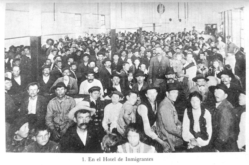 Contingentes de inmigrantes en el comedor del Hotel destinado a recibirlos en el puerto de Buenos Aires (1905). Crédito: Archivo