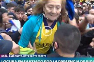 Video: Riquelme alzó a una señora de 82 años que había quedado atrapada entre los hinchas de Boca