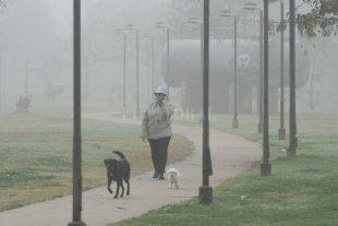 Jueves fresco y con niebla en la ciudad de Santa Fe -