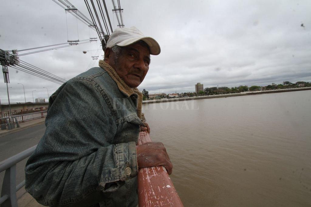 El Renacido. En 2017 El Litoral llevó a Evaristo al Puente Colgante para revivir aquella tarde del '83. Crédito: Mauricio Garín