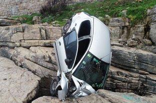 Una auto desbarrancó y quedó incrustado en las piedras: la conductora sufrió heridas leves