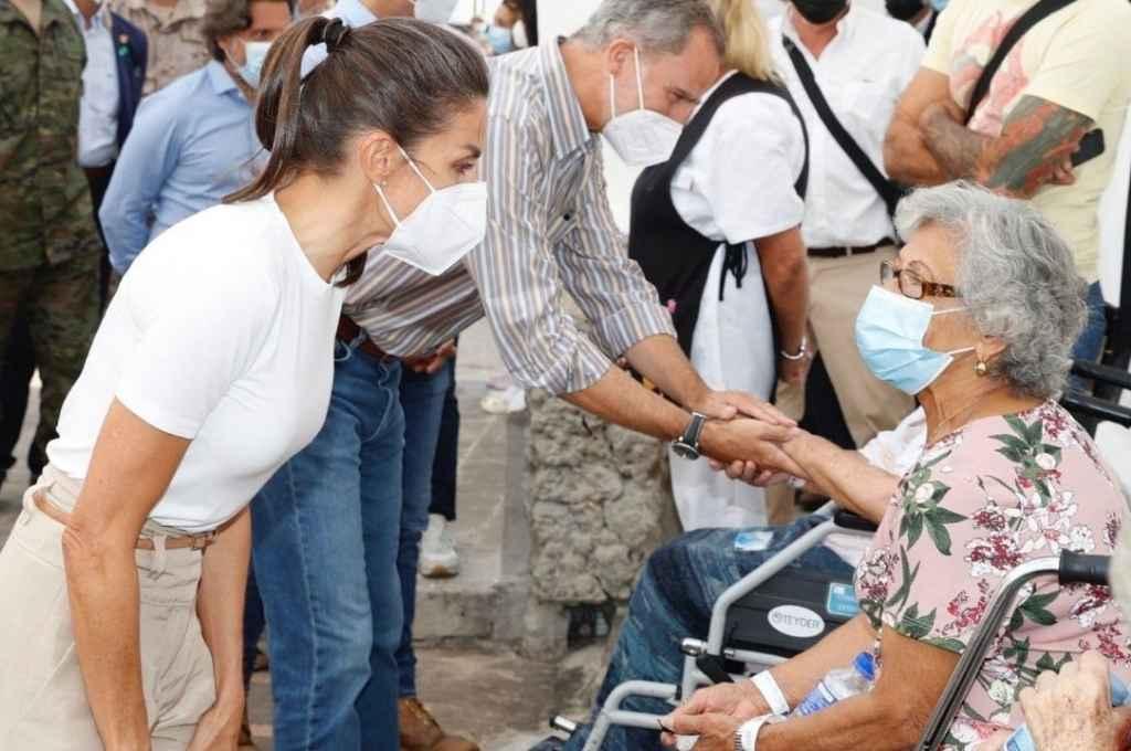 La reina Letizia y el rey Felipe VI de España, en su visita a los damnificados por la erupción volcánica en La Palma, Islas Canarias.    Crédito: Gentileza