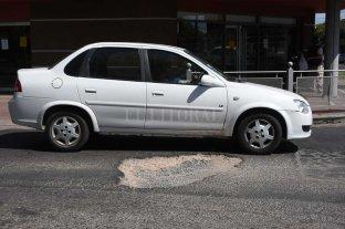 Un peligroso pozo dificulta el tránsito en calle Pedro Víttori