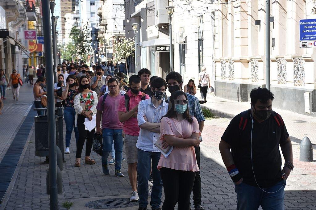 Cola de gente por un puesto de trabajo. Crédito: Archivo El Litoral / Flavio Raina