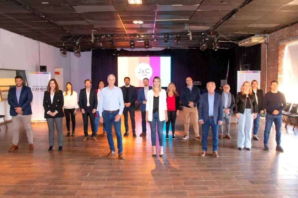 Los candidatos con Carolina Losada y Mario Barletta a la cabeza de las listas de senadores y diputados.    Crédito: Gentileza