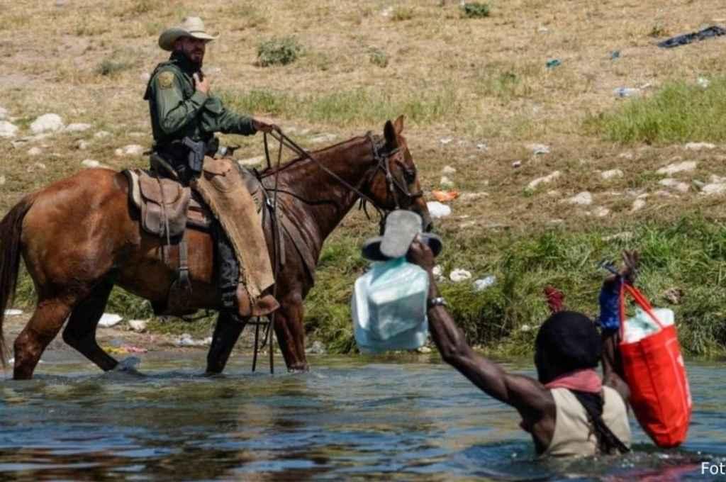 Detención y represión de migrantes haitianos en Texas, en la frontera entre Estados Unidos y México.    Crédito: Gentileza