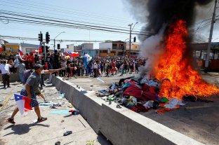 """Queman pertenencias de migrantes venezolanos en Chile al grito de """"¡Fuera ilegales!"""""""