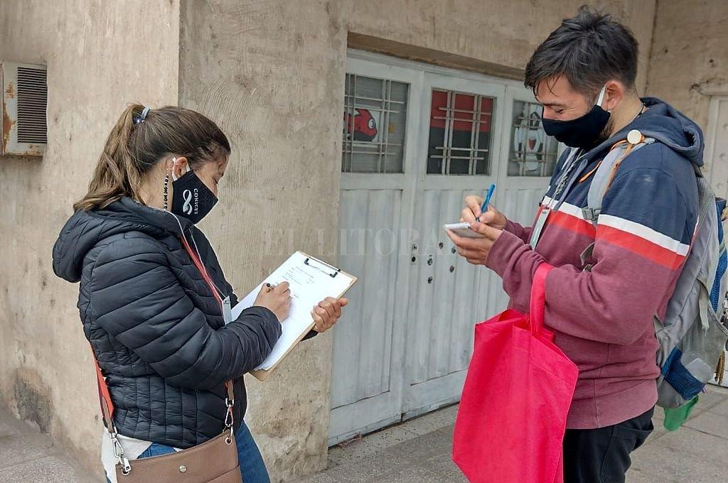 Alumnos de UNL que colaboran con el proyecto en el trabajo territorial, repartiendo los folletos explicativos en los domicilios que fueron seleccionados para el estudio. Crédito: Gentileza