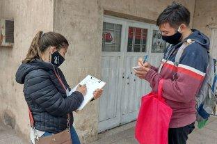 """De la encuesta al """"dedo pinchado"""": cómo se miden anticuerpos ante el Covid en Santa Fe - Alumnos de UNL que colaboran con el proyecto en el trabajo territorial, repartiendo los folletos explicativos en los domicilios que fueron seleccionados para el estudio."""