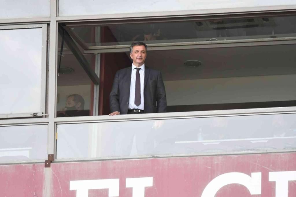 Astore observando su primer partido como presidente de Newell's, el lunes pasado en Lanús. Foto:Gentileza: prensa Newell's Old Boys.