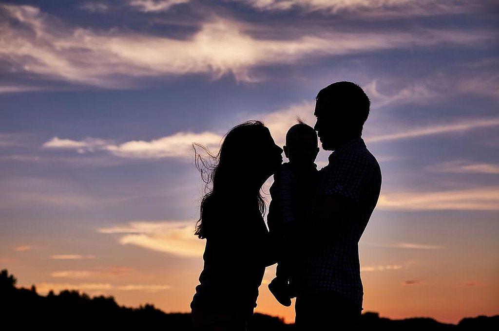 El amor de pareja, cuyo origen es la conyugalidad (incluso sin matrimonio), es un desafío para las parejas de hoy, que por momentos quedan absorbidas por la crianza de los hijos. Compromiso y disponibilidad, a veces, no requieren más que unos minutos. Crédito: Archivo