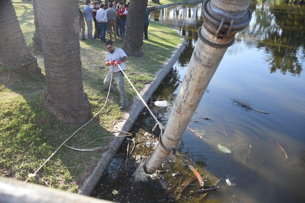 Limpieza. Este lunes comenzaron las tareas de saneamiento de los lagos. Crédito: Flavio Raina
