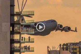 Video: un avión militar realizó un sorprendente vuelo sobre una ciudad australiana