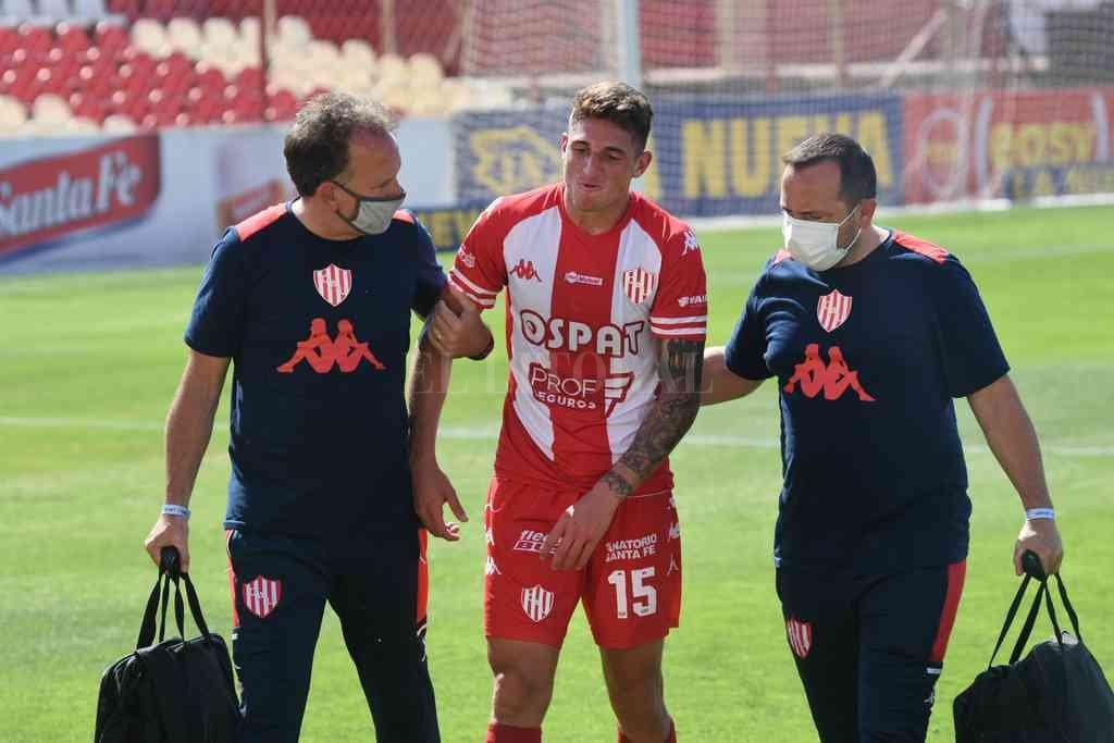 Gastón González en el momento de abandonar, extenuado, el campo de juego. Jugó un muy buen partido y fue decisivo junto con Luna Diale. Crédito: Pablo Aguirre