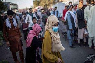Afganistán: varias provincias prohibieron a los hombres afeitarse y a las mujeres usar smartphones