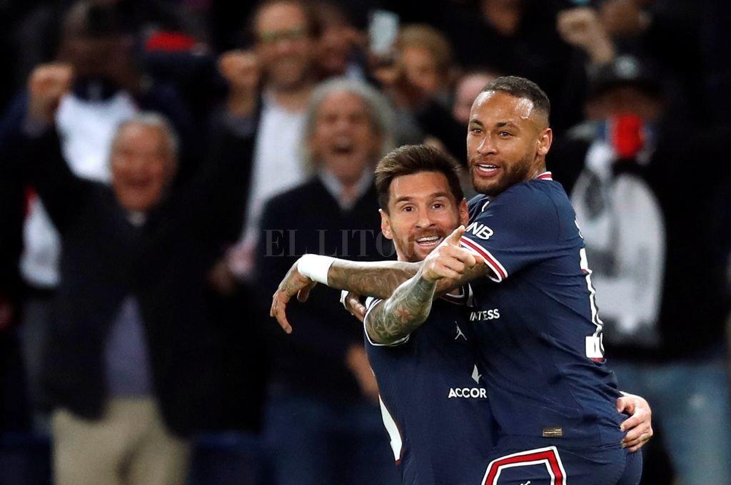 Messi festeja el segundo gol del PSG con su amigo Neymar.  Crédito: Reuters