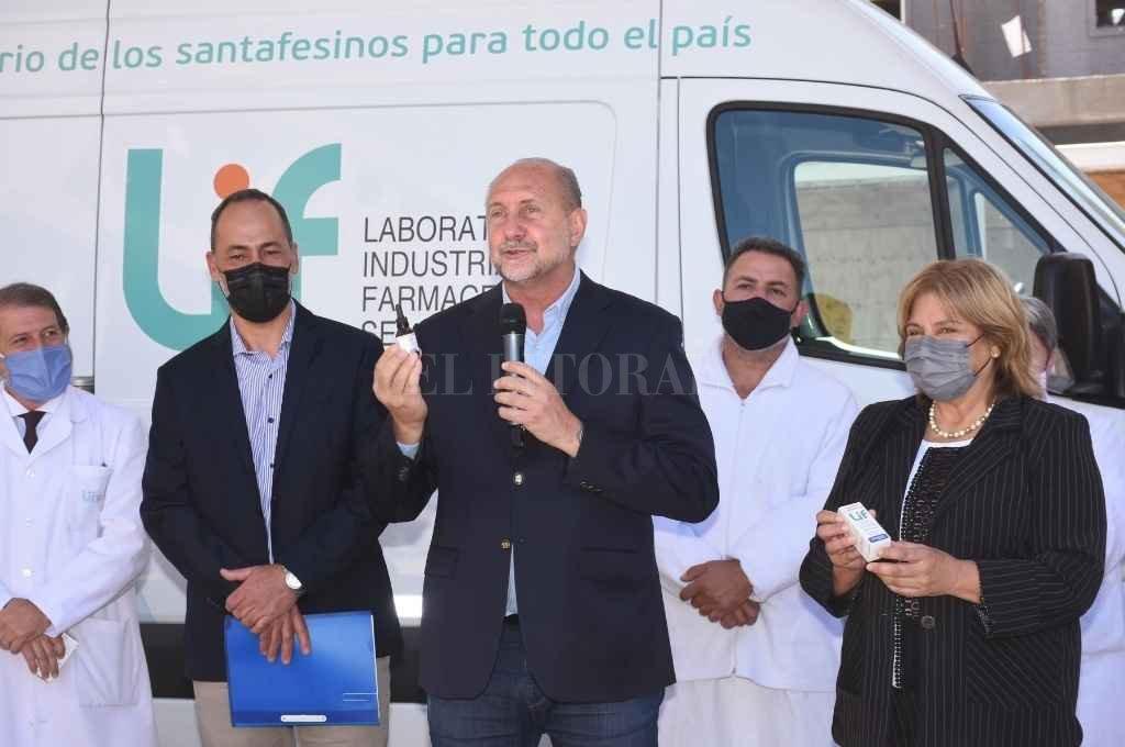 El gobernador encabezó el acto de presentación del primer lote de cannabis medicinal de producción pública en el país, en el Laboratorio Industrial Farmacéutico. Crédito: Flavio Raina
