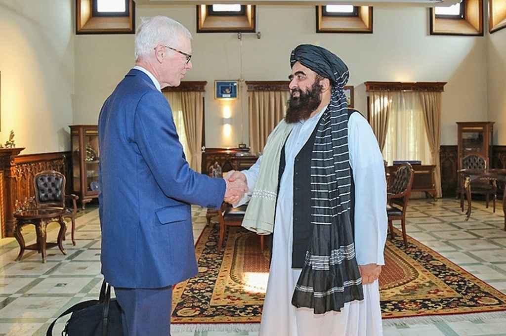 Simon Gass, enviado del Reino Unido, junto al ministro de Relaciones Exteriores afgano, Amir Khan Muttaqi.   Crédito: Gentileza