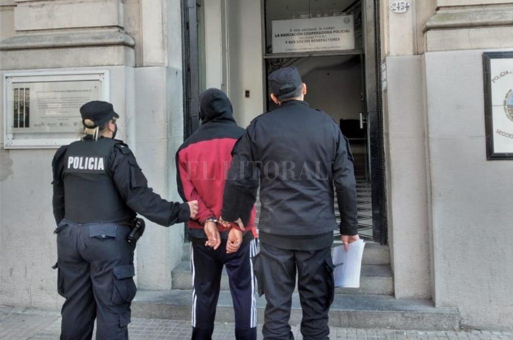El momento en que el adolescente es trasladado a sede policial Crédito: El Litoral