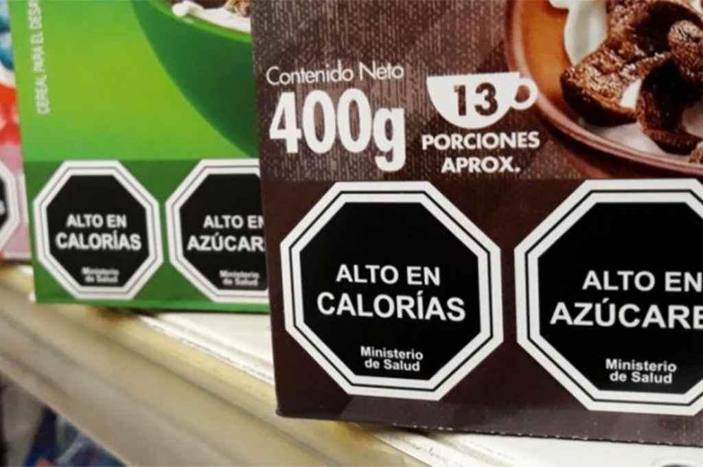 La ley busca que los productos que sobrepasen los límites fijados deberán tener en el frente de sus envases una etiqueta octogonal negra, con borde y letras de color blanco, que advierta sobre el exceso del nutriente crítico que corresponda en cada caso. Crédito: Archivo