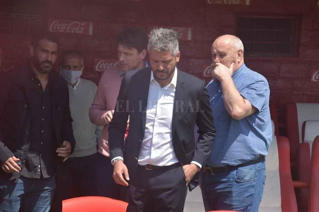 Luis Spahn junto al flamante entrenador, Gustavo Munúa, quién debuta este viernes a la siesta ante Platense en el 15 de Abril. Fue en la presentación que se hizo en el estadio.   Crédito: Guillermo Di Salvatore
