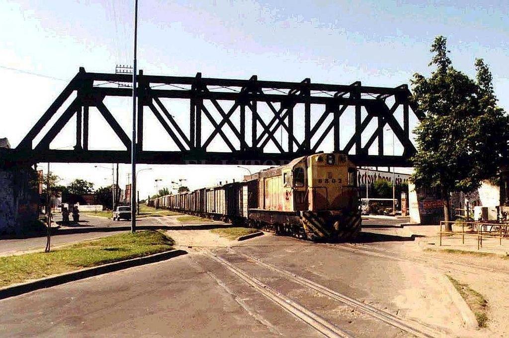 Un tren del Ferrocarril Belgrano para por debajo del Puente Negro en el año 1992.  Crédito: Archivo El Litoral - Milan Dimitri